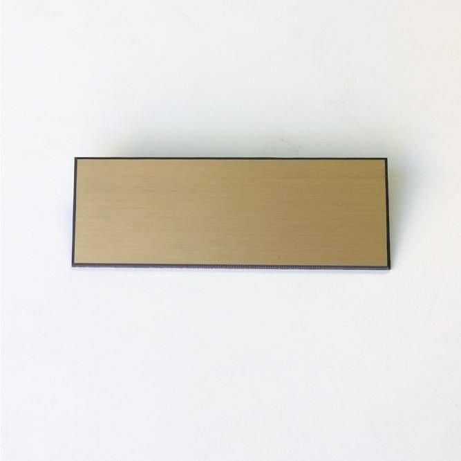 Placa de identificación dorada